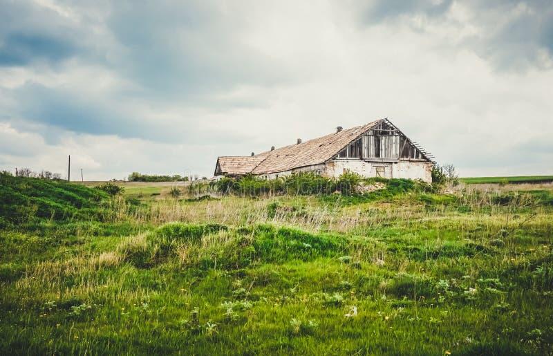 Een oud verlaten landbouwbedrijf stock fotografie
