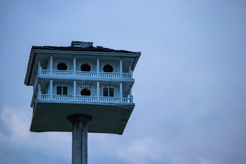 Een oud vogelhuis met pilars een omslag rond dek en dak op een metaalpool royalty-vrije stock afbeeldingen