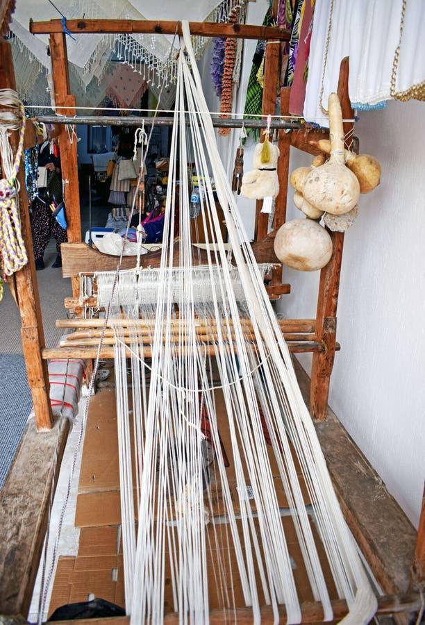 Een oud wevend die weefgetouw wordt gebruikt om kant te maken stock foto's
