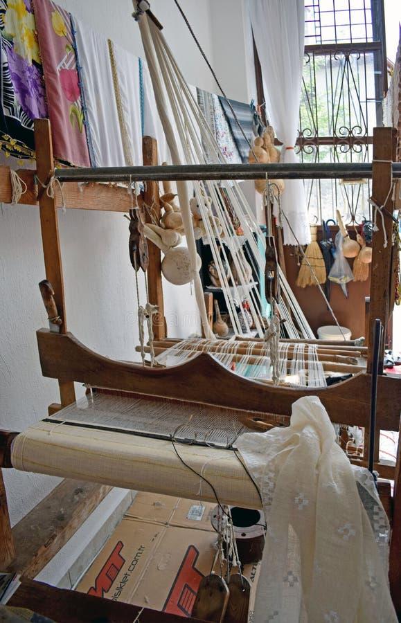 Een oud wevend weefgetouw dat wordt gebruikt om kant te maken stock foto's