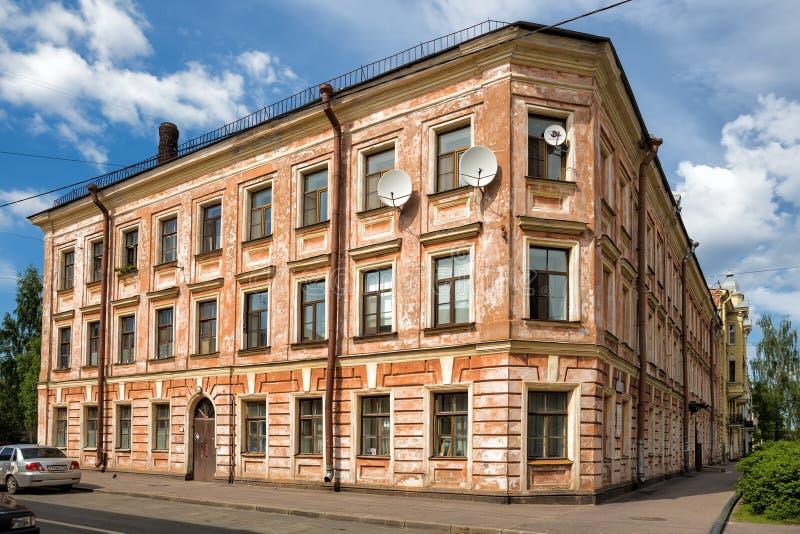 Een oud woonhuis op de hoek van de straten van Ammerman en Lebedev-in Kronstadt stock foto