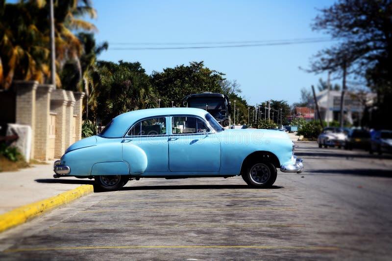 Een oude Amerikaanse klassieke die auto in Varadero, Cuba wordt geparkeerd stock foto