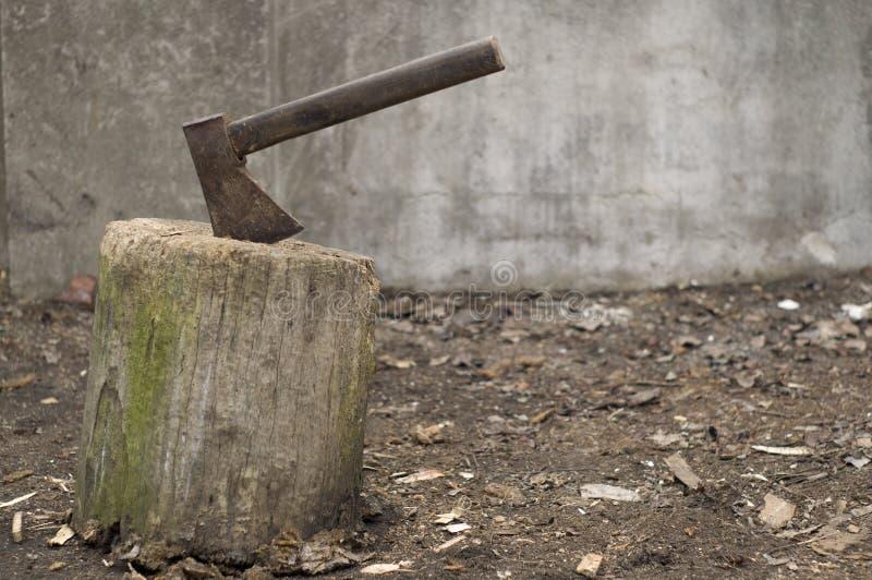 Een oude bijl plakte in een boomboomstam stock illustratie