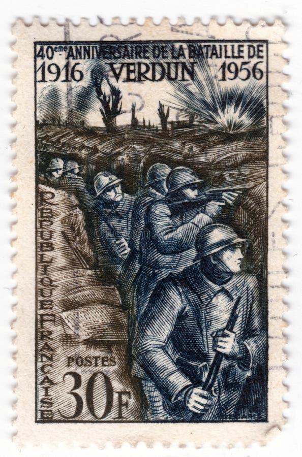 Een oude blauwe Franse postzegel met van wereldoorlog één militairen in geulen in de slag van Verdun stock foto