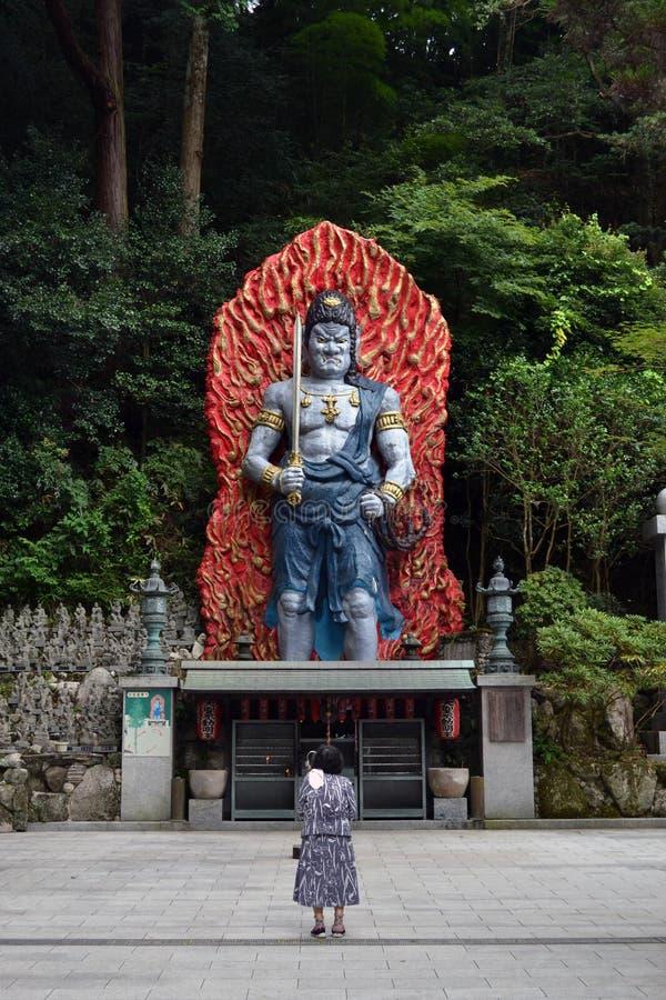 Een oude dame die voor het Godsstandbeeld rond Nanzoin, J bidden royalty-vrije stock fotografie