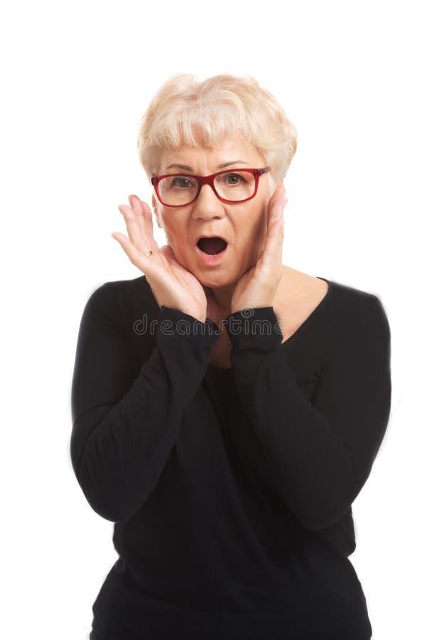 Een oude dame drukt schokverrassing uit. royalty-vrije stock afbeeldingen