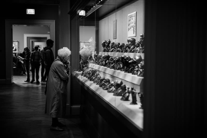 Een oude dame in kunstmuseum stock foto's