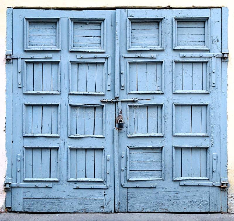 Een oude deur stock foto's