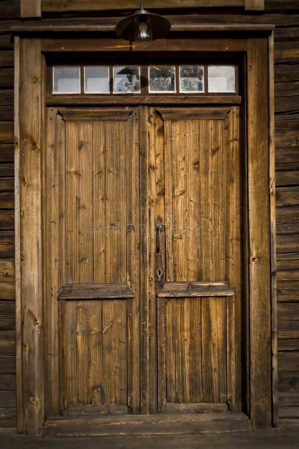 Een oude deur in Lulea stock foto