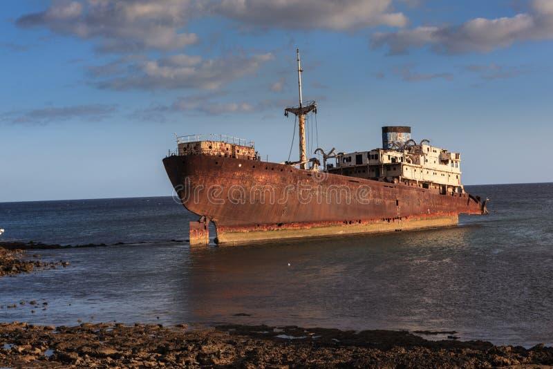 Een oude die schipbreuk buiten hoofdarrecife op Lanzaro wordt gevestigd royalty-vrije stock afbeeldingen