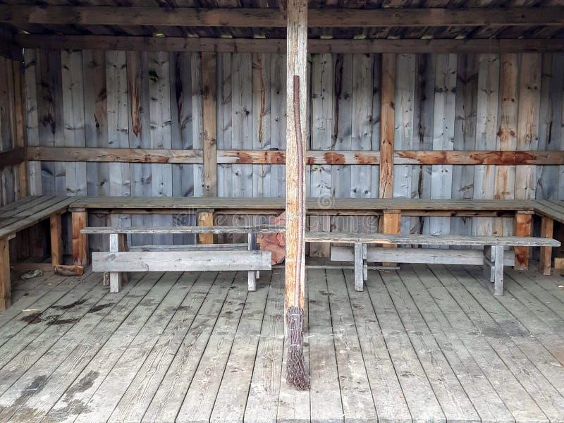 Een oude eigengemaakte bezem in een campaite royalty-vrije stock afbeelding