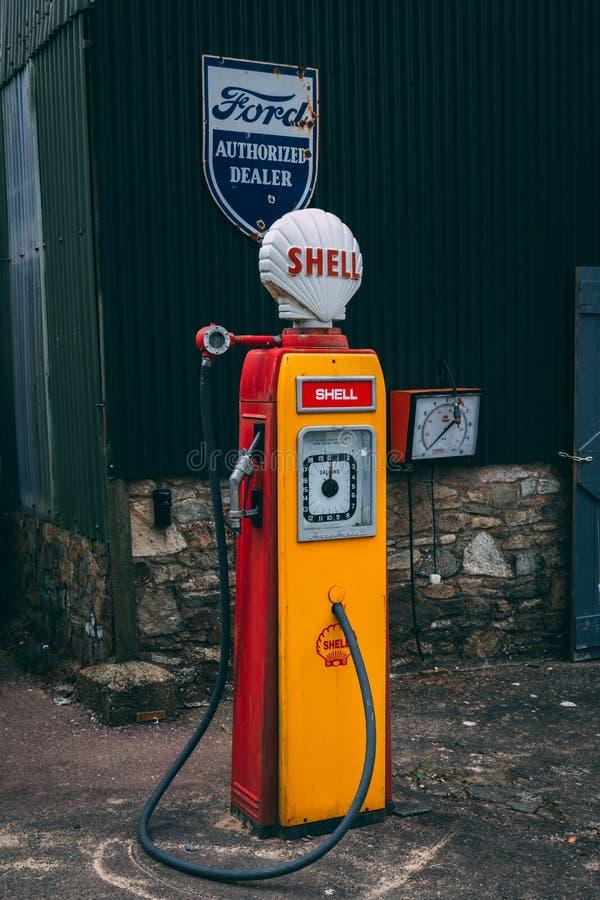 Een oude en opgelegde Shell-brandstofpomp op vertoning royalty-vrije stock afbeeldingen