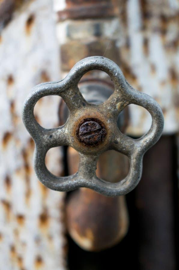 Een oude en roestige kraan stock afbeeldingen
