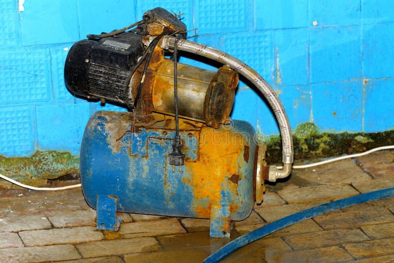Een oude en roestige verlaten elektrische pomp op verlaten stock afbeeldingen