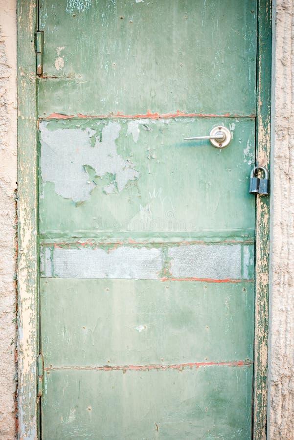 Een oude groene houten deur Uitstekende groen in een concrete muur stock fotografie
