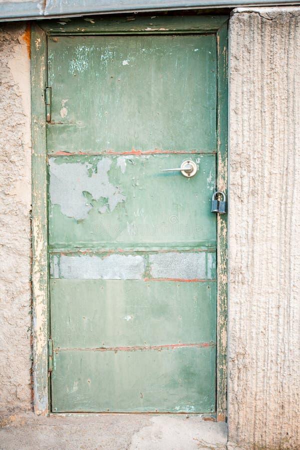 Een oude groene houten deur Uitstekende groen in een concrete muur royalty-vrije stock afbeelding