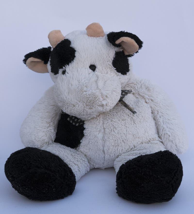 Een oude grote zachte stuk speelgoed koe grappig ruwharig dier stock foto's