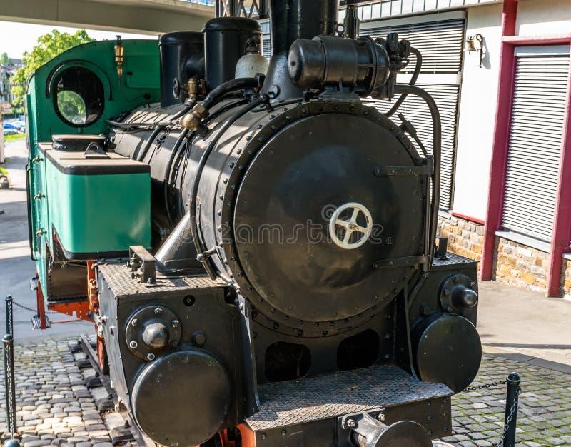 Een oude, historische stoomlocomotief die zich op een gesloten spoor bevinden royalty-vrije stock afbeelding