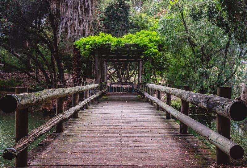 Een oude houten brug stock fotografie