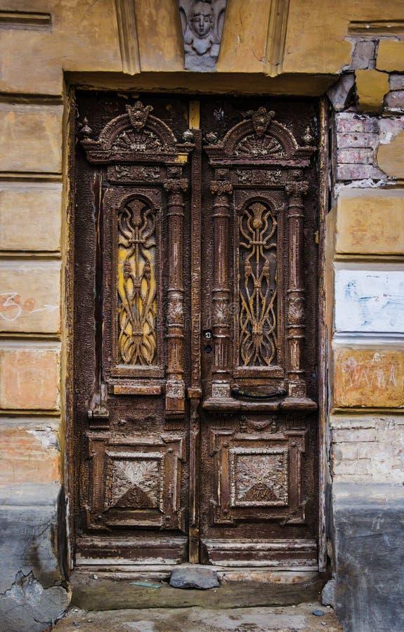 Een oude houten deur in het centrum van Rostov op Don De historische deur royalty-vrije stock afbeeldingen