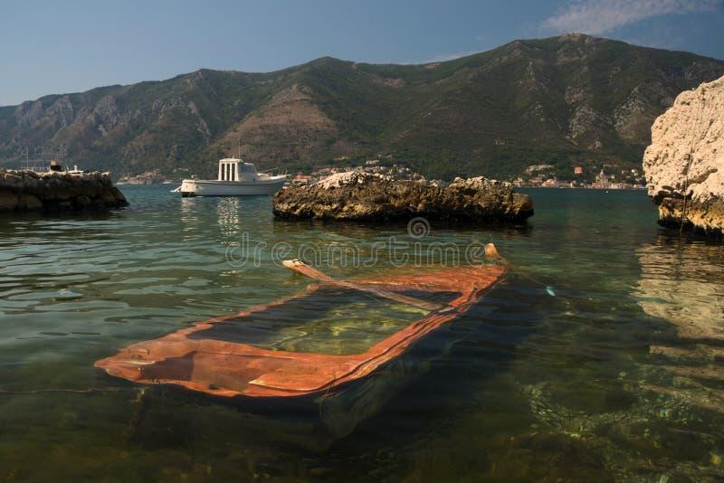 Een oude houten gedaalde boot in een Baai van Kotor royalty-vrije stock afbeelding