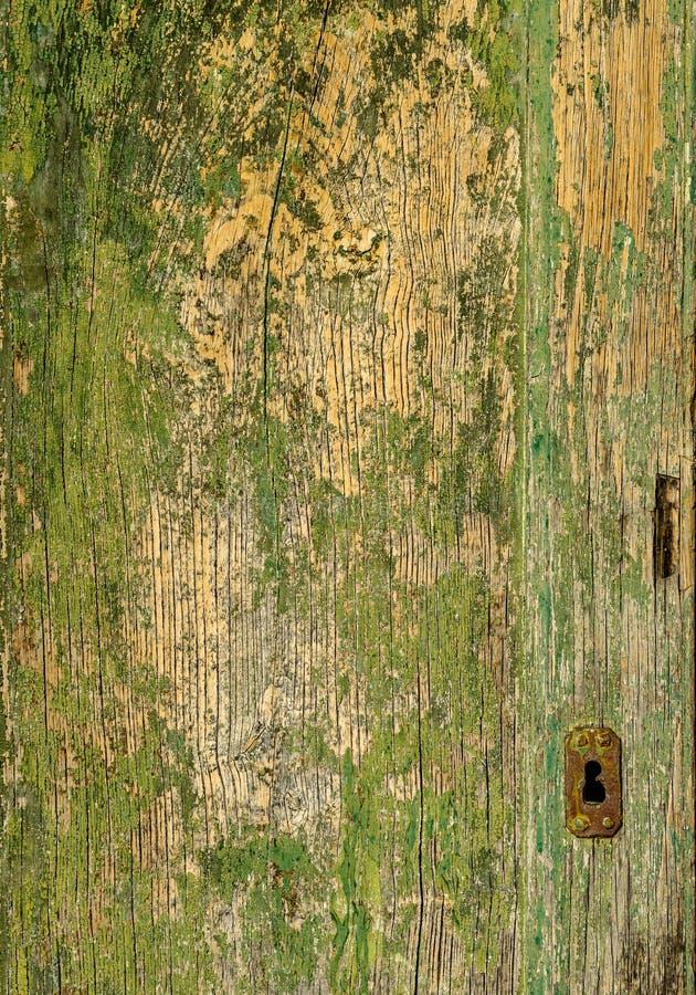 Een oude houten groene deur met een roestig slot royalty-vrije stock afbeeldingen
