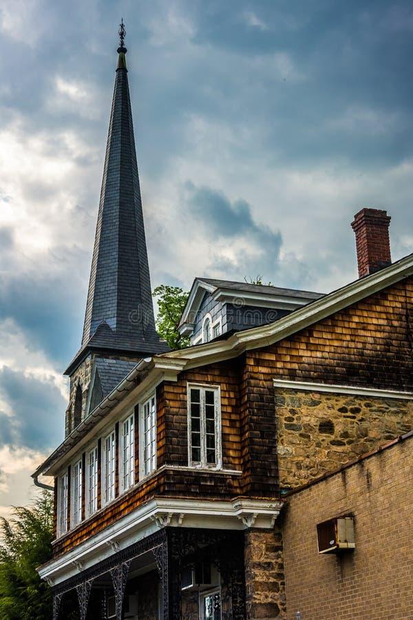 Een oude huis en een torenspits van een chuch in Ellicott-Stad, Maryland stock afbeeldingen