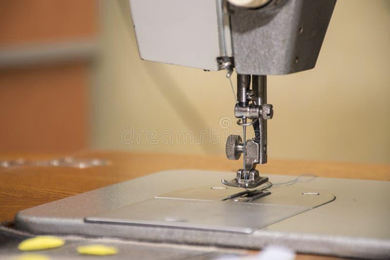Een oude huishouden naaimachine Naald met draad stock fotografie