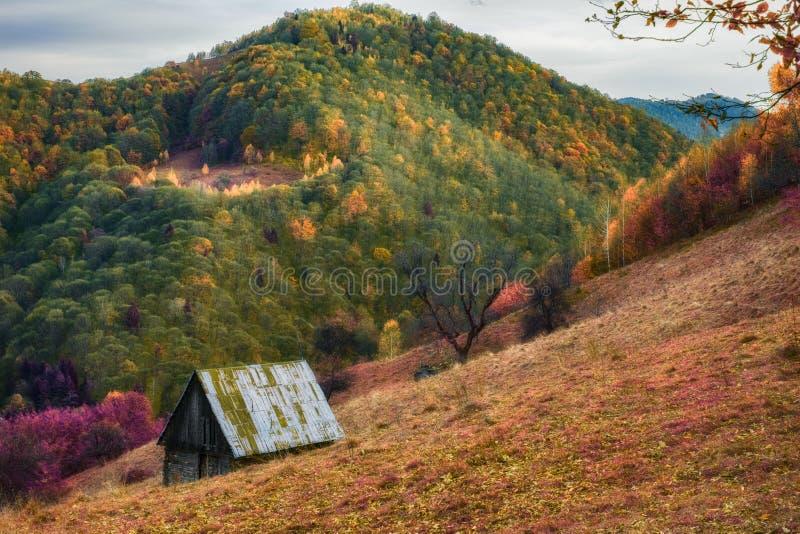 Een oude hut in het landschap van de de herfstberg in infrared stock foto's