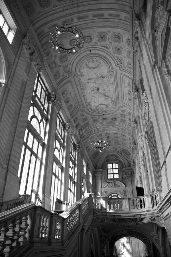 Een oude interieur van een italiaans gebouw stock for Interieur fotografie