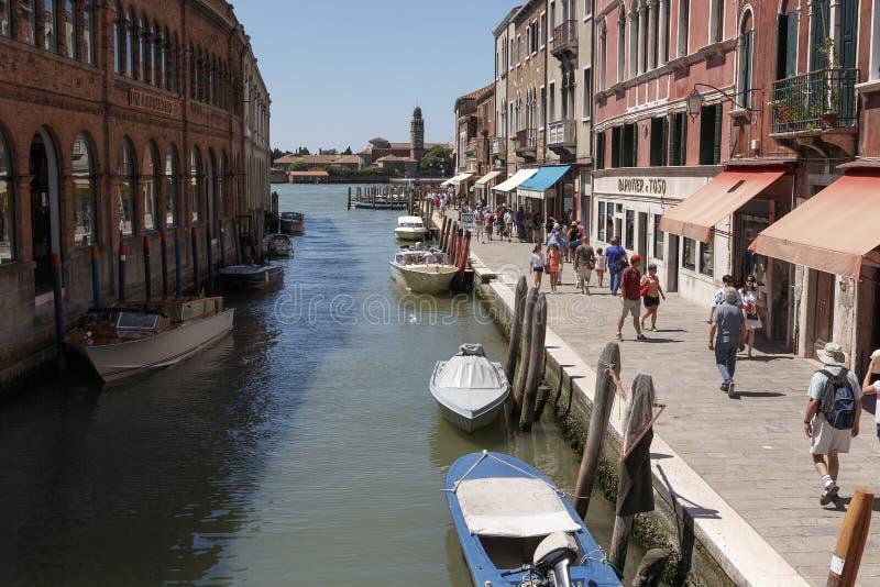 Een oude Italiaanse stad met waterkanalen en boten stock afbeeldingen