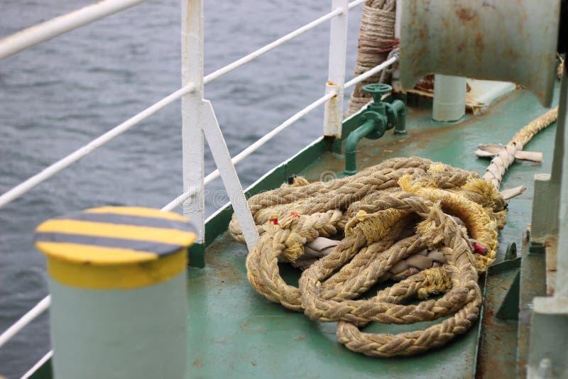 Een oude kabel op het dek van een schip royalty-vrije stock afbeelding