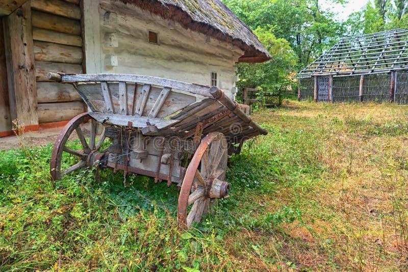 Een oude kar dichtbij het traditionele huis van de Oekraïne stock foto's