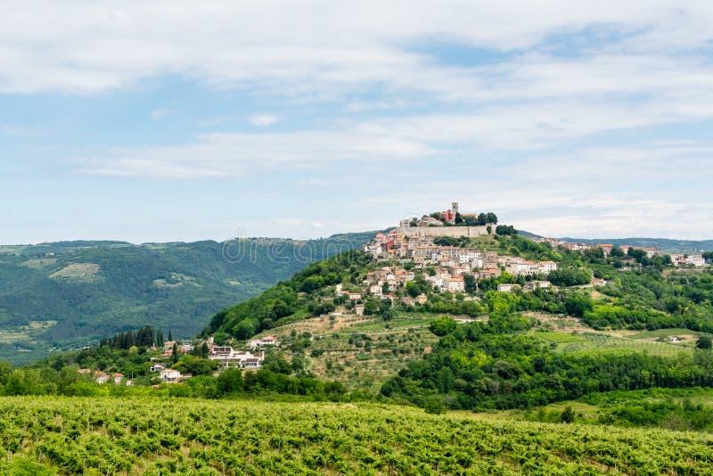 Een oude kleine stad op een heuvel, bodemmening royalty-vrije stock afbeeldingen
