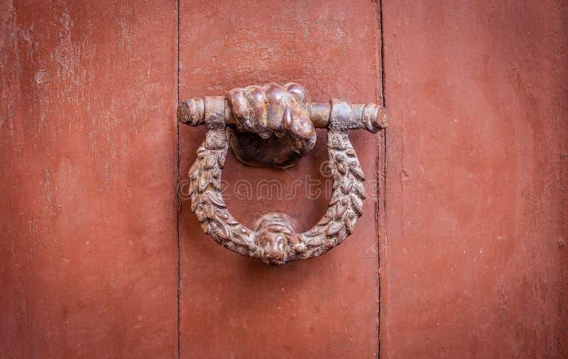 Een oude Knocker op een rode deur royalty-vrije stock foto
