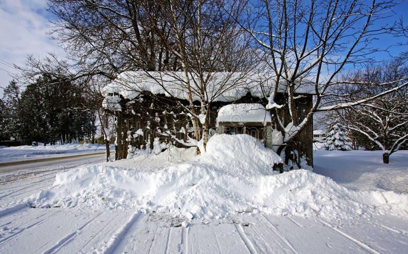Een Oude Loods Op Een De Winterdag Stock Foto's