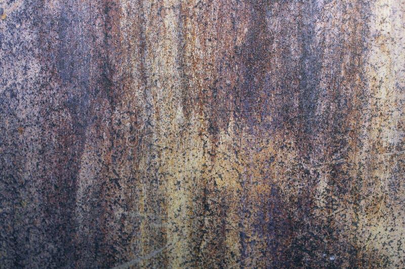 Een oude metaalmuur, roestig van tijd tot tijd, van ijzer royalty-vrije stock afbeeldingen