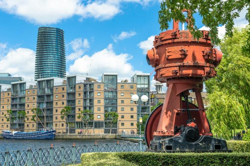 Een oude motor en luxeflats bij het Millwall-Dok in Londen Docklands royalty-vrije stock fotografie