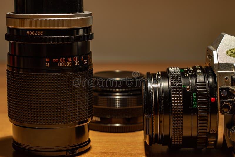 Een oude nog werkende camera, zijn te ontwikkelen films zich royalty-vrije stock foto's