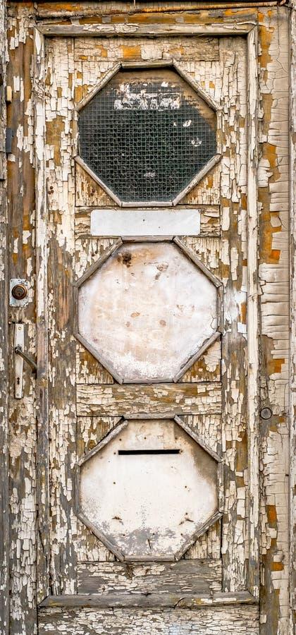 Een oude, roestige houten deur met schilverf royalty-vrije stock afbeeldingen