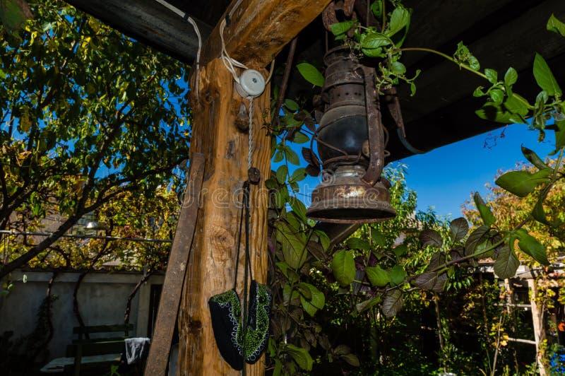 Een oude roestige lantaarn stock fotografie