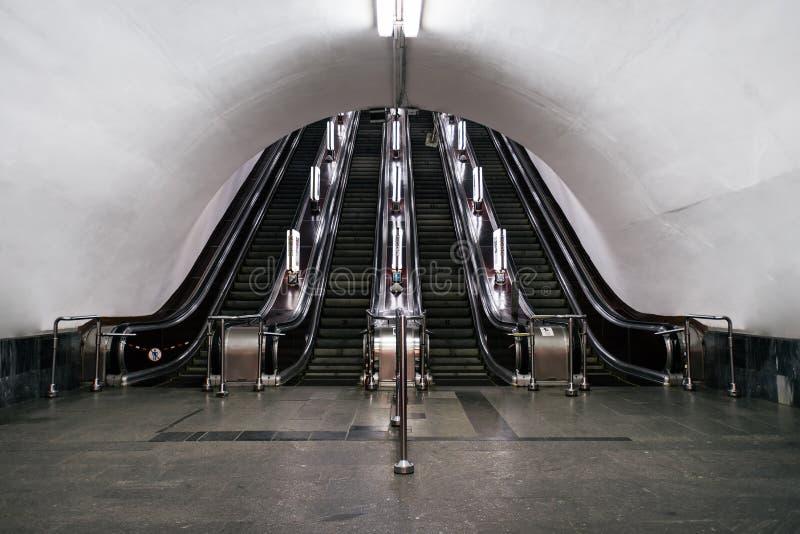 Een oude roltrap in Kyiv-metro stock foto's
