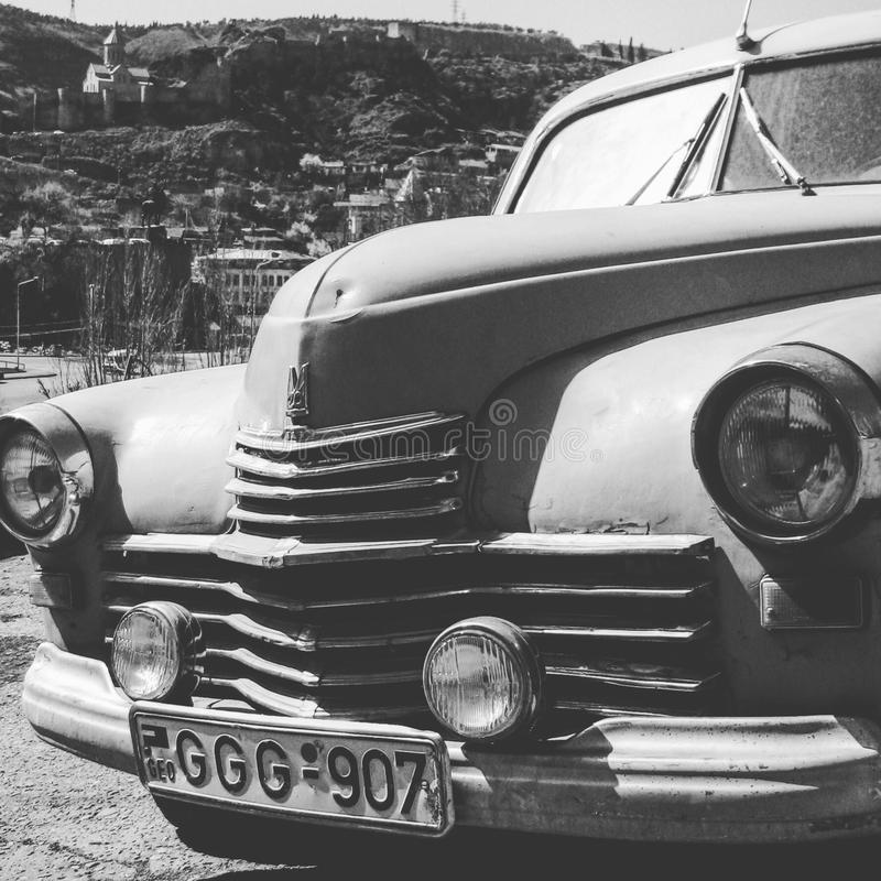 Een oude Sovjetauto op de straten van Tbilisi - GEORGIË - Hoofdstadschoonheid royalty-vrije stock afbeeldingen