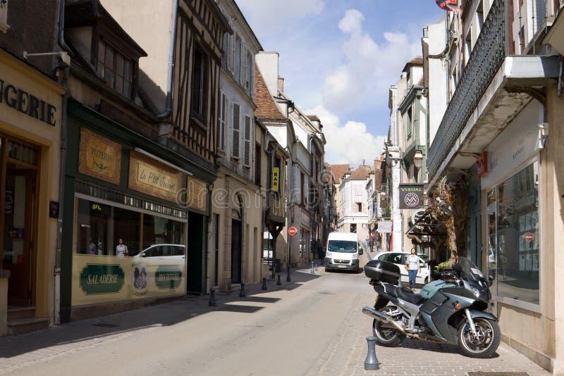 Een oude straat in de stad van Auxerre in Bourgondië, Frankrijk royalty-vrije stock afbeeldingen