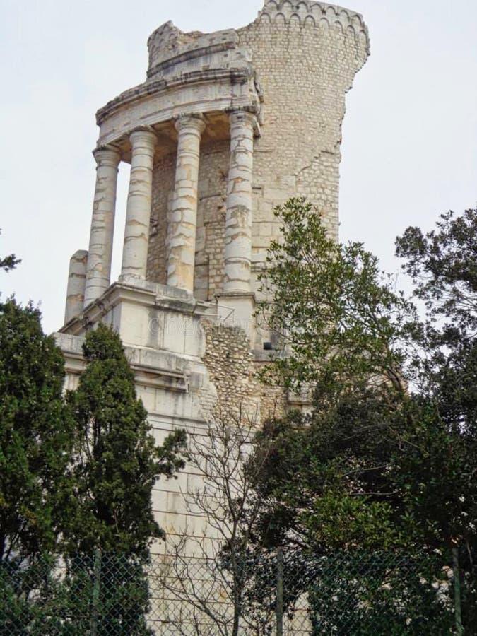 een oude tempelruïne in een park royalty-vrije stock afbeeldingen