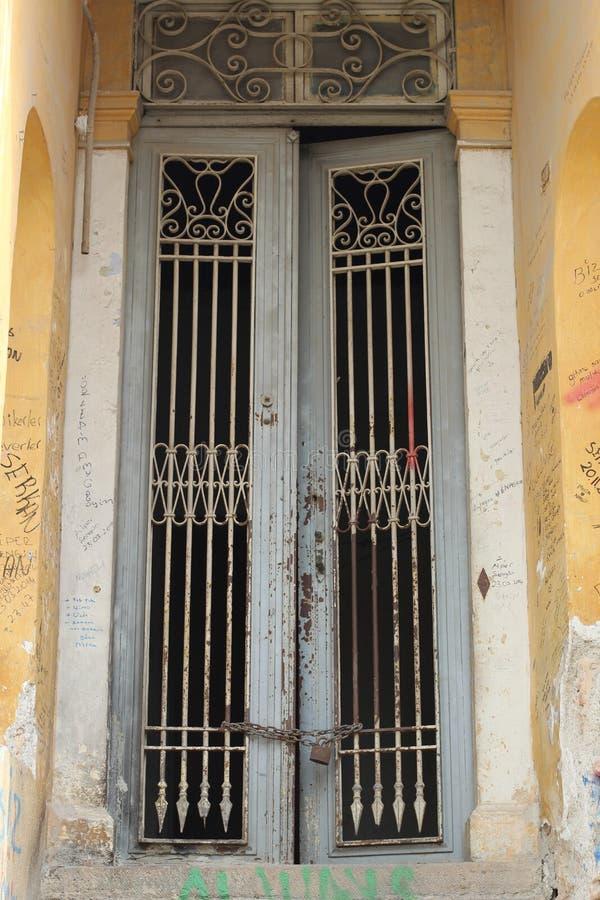 Een oude uitstekende deur stock afbeeldingen