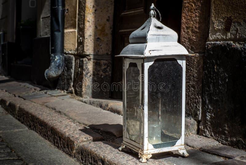 Een oude uitstekende lantaarn met kaars bij de ingang van een huis in Stockholm royalty-vrije stock foto