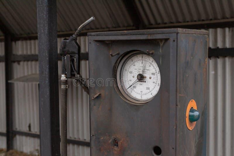 Een oude verdeler van de autobrandstof Verlaten benzinestation in het platteland stock afbeeldingen