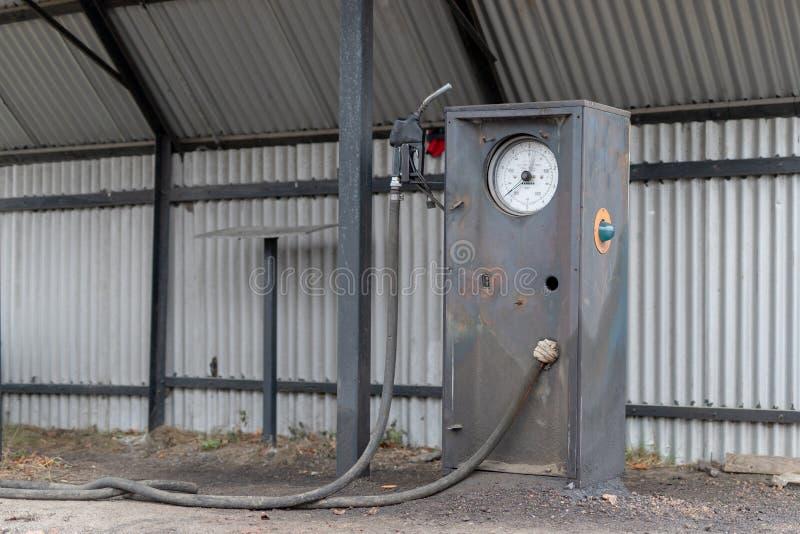 Een oude verdeler van de autobrandstof Verlaten benzinestation in het platteland stock foto's