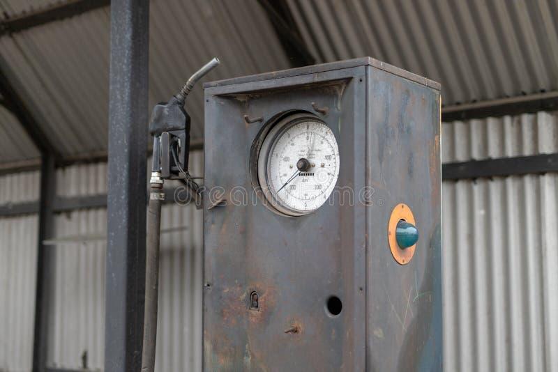 Een oude verdeler van de autobrandstof Verlaten benzinestation in het platteland royalty-vrije stock afbeelding
